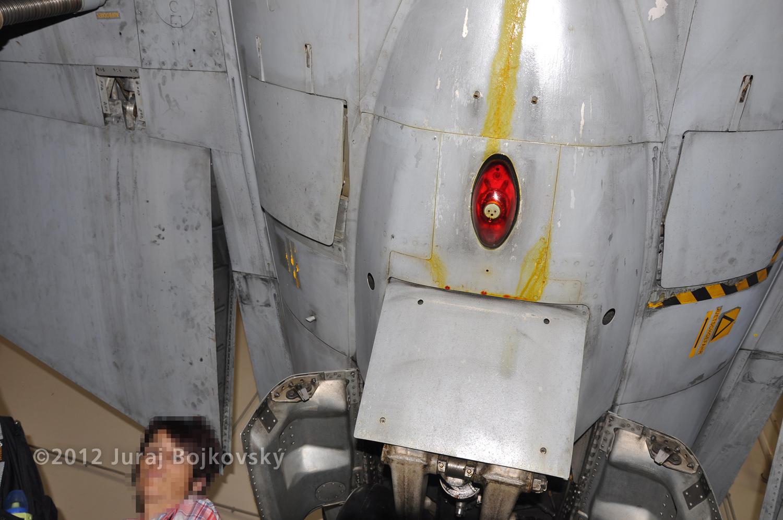 Saab J-35 Draken, Underside, Tail undercarriage fairing with light