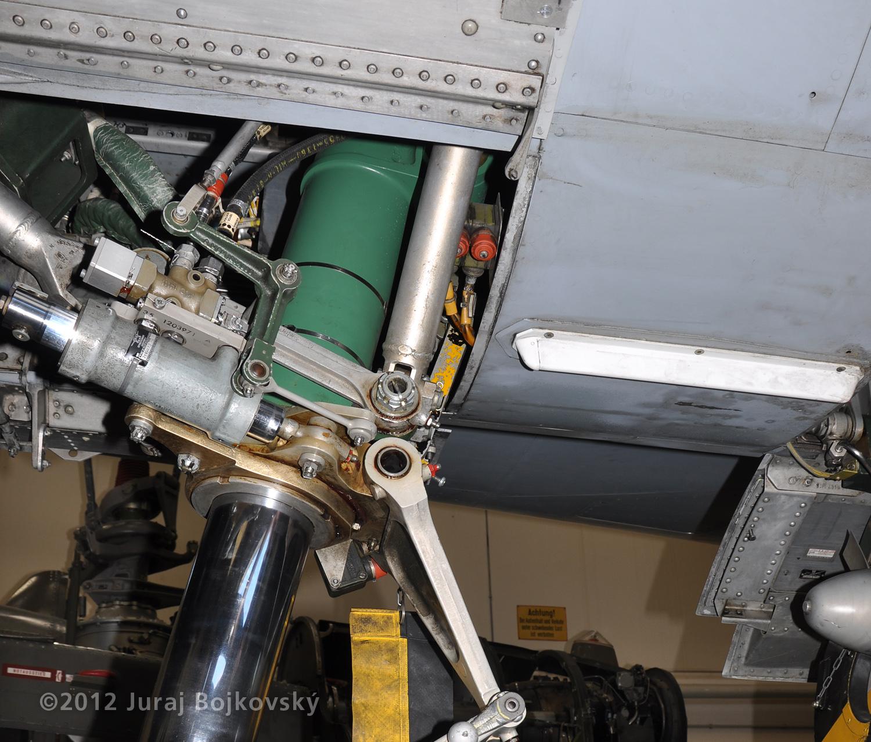 Saab J-35 Draken, Space behind nose undercarriage