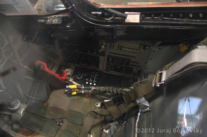 Saab J-35 Draken, Cockpit, Seat with harness