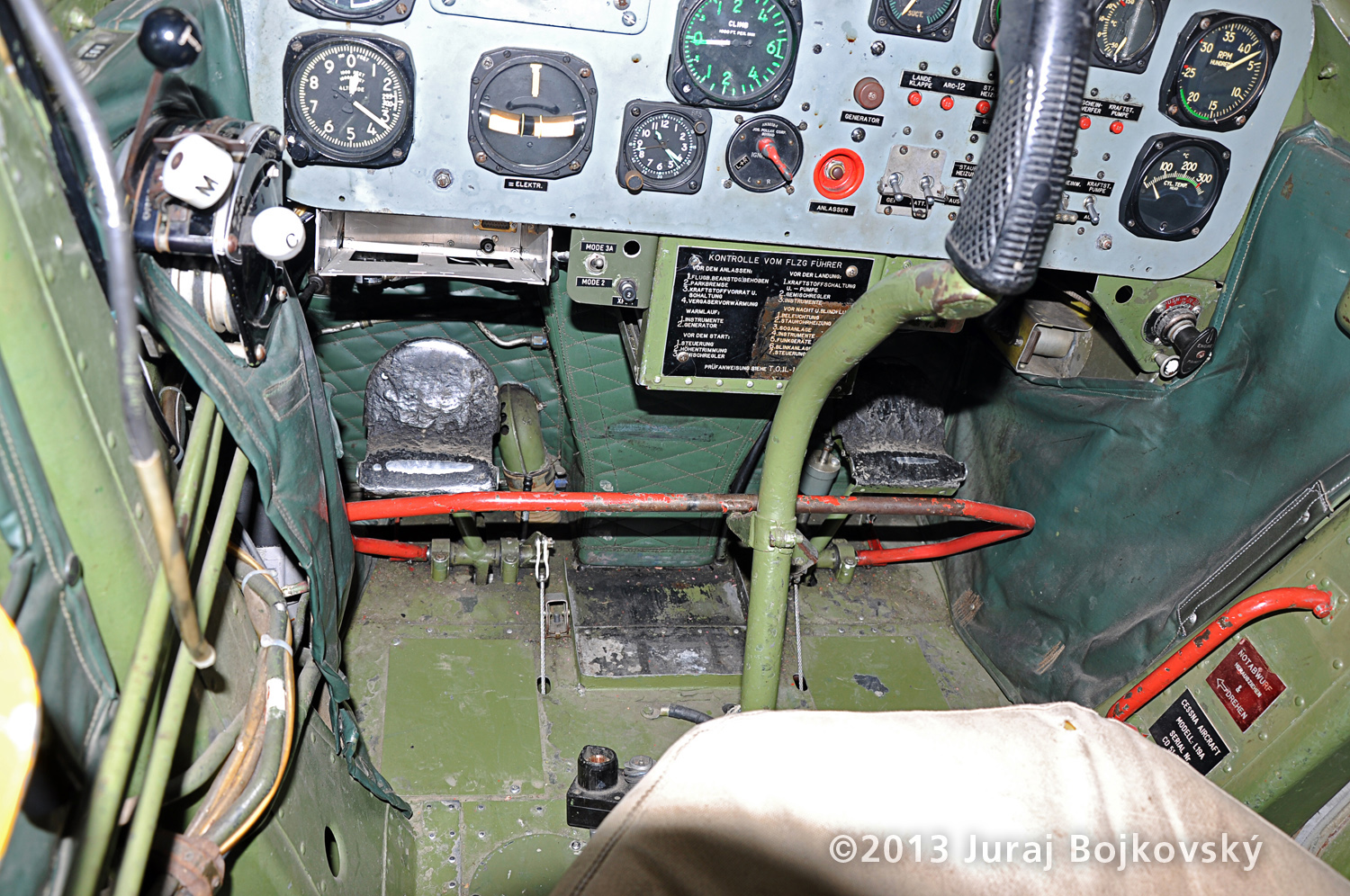 Cessna O -1 / L-19 Bird Dog, Austrian army, cockpit, front, floor, controls