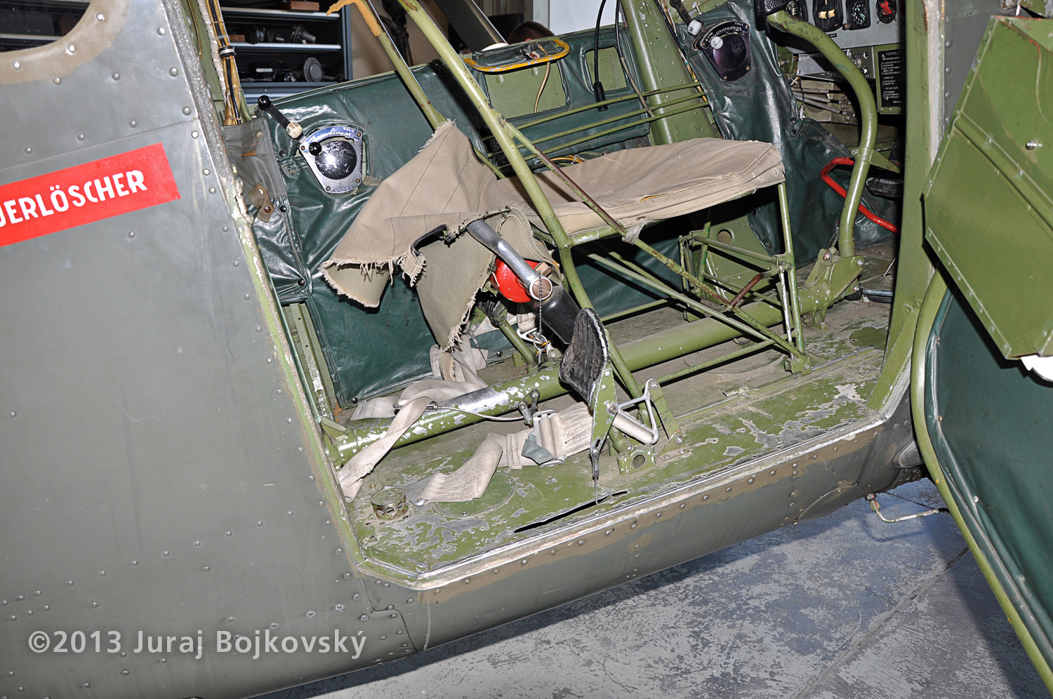 Cessna O-1 / L-19 Bird Dog, Austrian army, Cockpit, front seat, floor