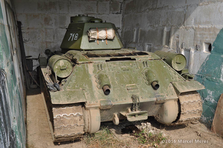Tank T-34/76 zozadu a zblízka