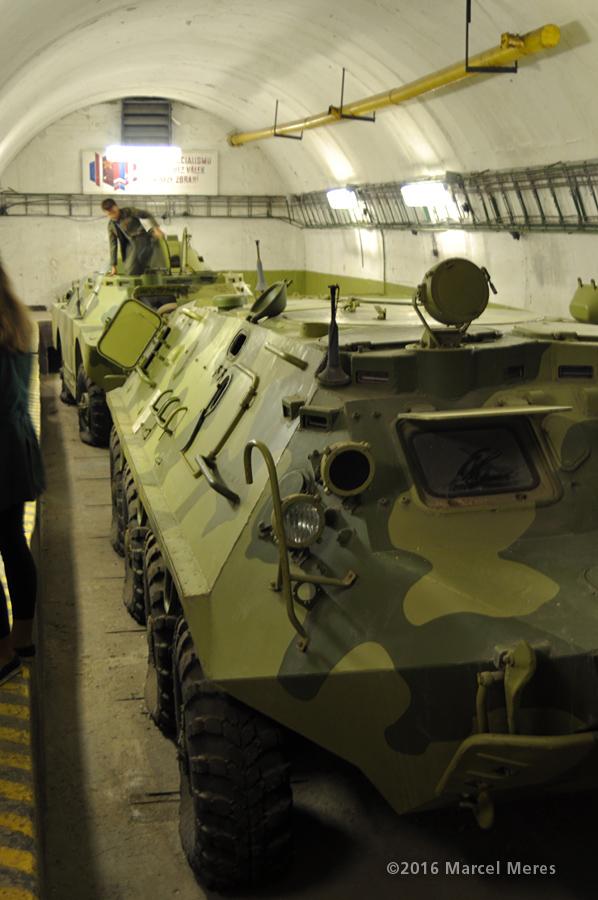 Transportér BTR 60 vo vnútri krytu