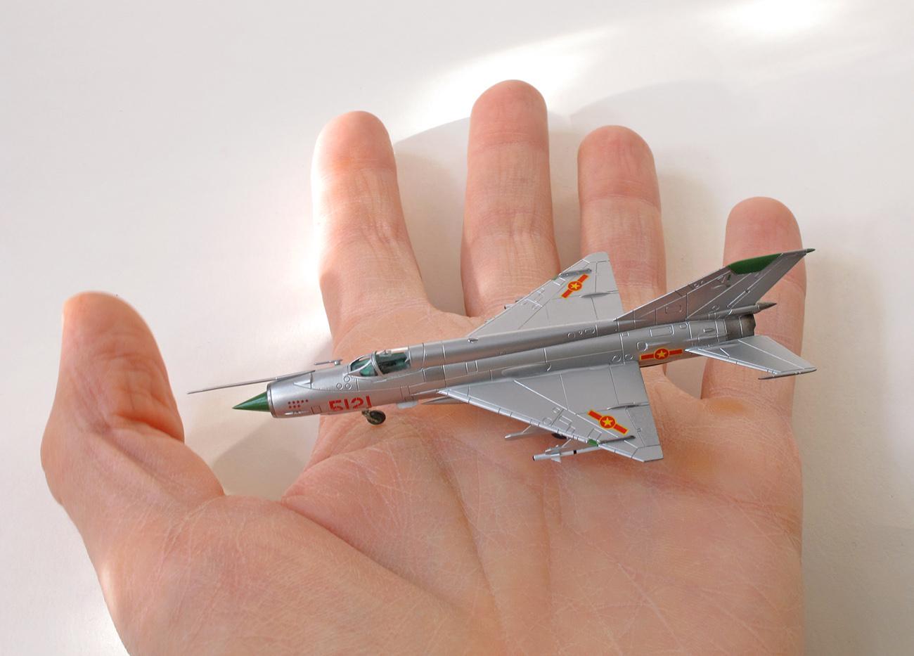 MiG-21MF eduard 1/144 na ruke, vrchná strana