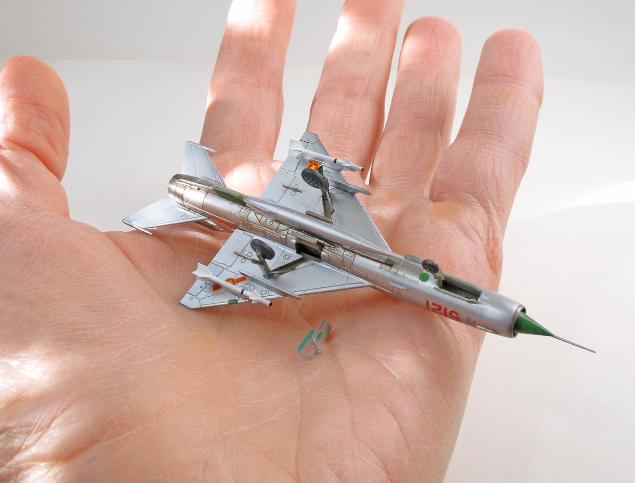 MiG-21MF eduard 1/144 na ruke, spodná strana, zboku